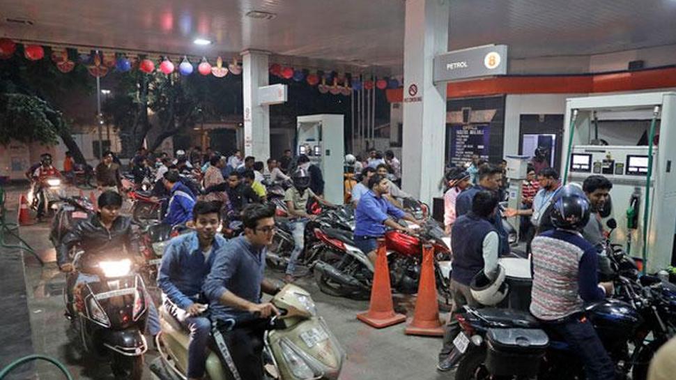 सेल घटने पर पेट्रोल पंप मालिक ने निकाले आकर्षक ऑफर, अब तेल भराने को लग रही है लंबी लाइन
