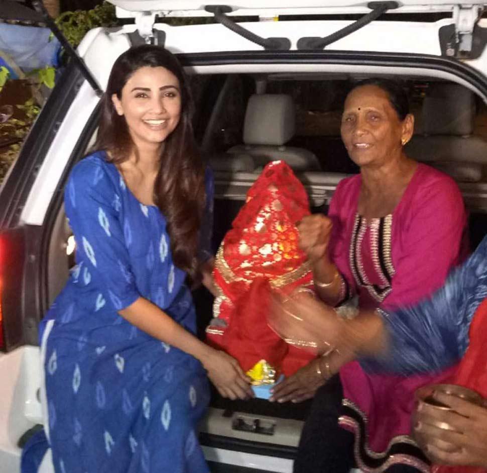 Bollywood Actres Daisy Shah with Ganpati