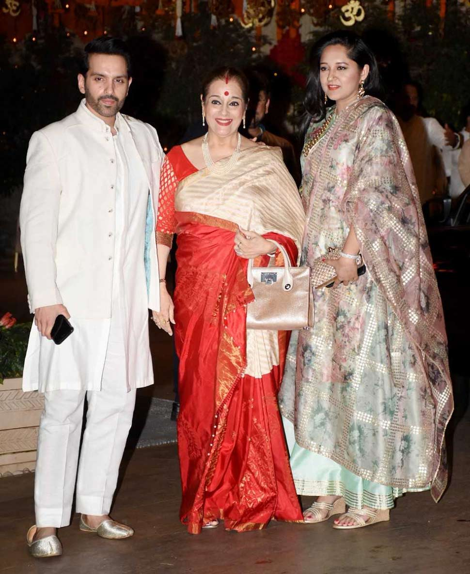 Poonam Sinha With son and daugther in Law