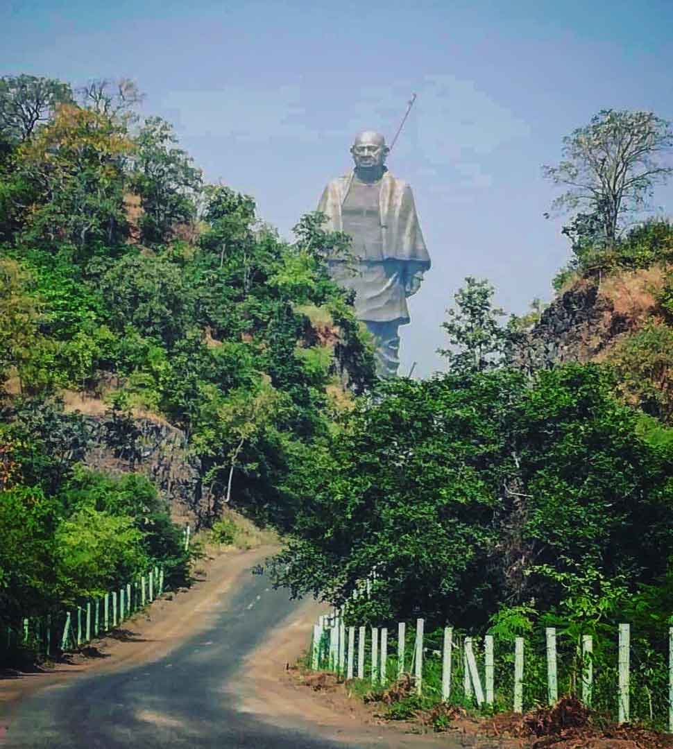 4076 workers prepare the statue