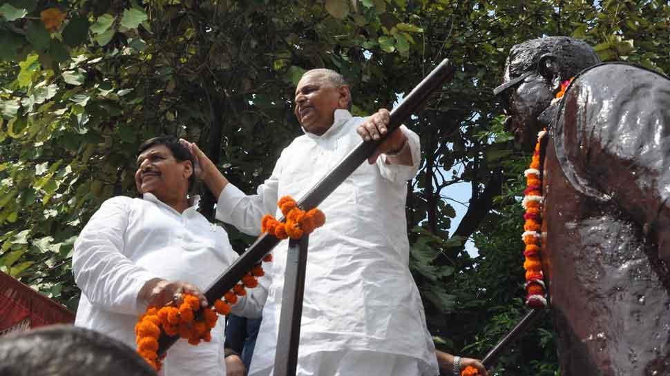 इशारों-इशारों में मुलायम ने कहा- 'शिवपाल के साथ अन्याय हुआ है'