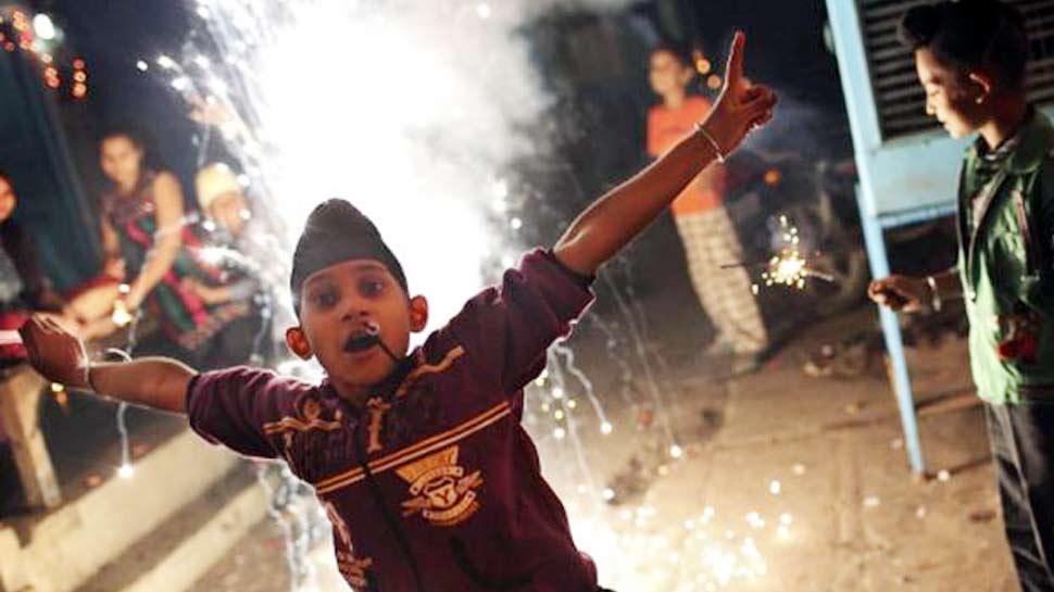 Survey: दिल्ली में 68 फीसदी लोगों ने कहा, इस दिवाली पटाखों से रहेंगे दूर