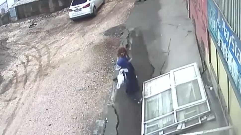 VIDEO: फुटपाथ पर चल रही महिलाओं के पैरों के नीचे से खिसक गई जमीन, देखिए आगे क्या हुआ