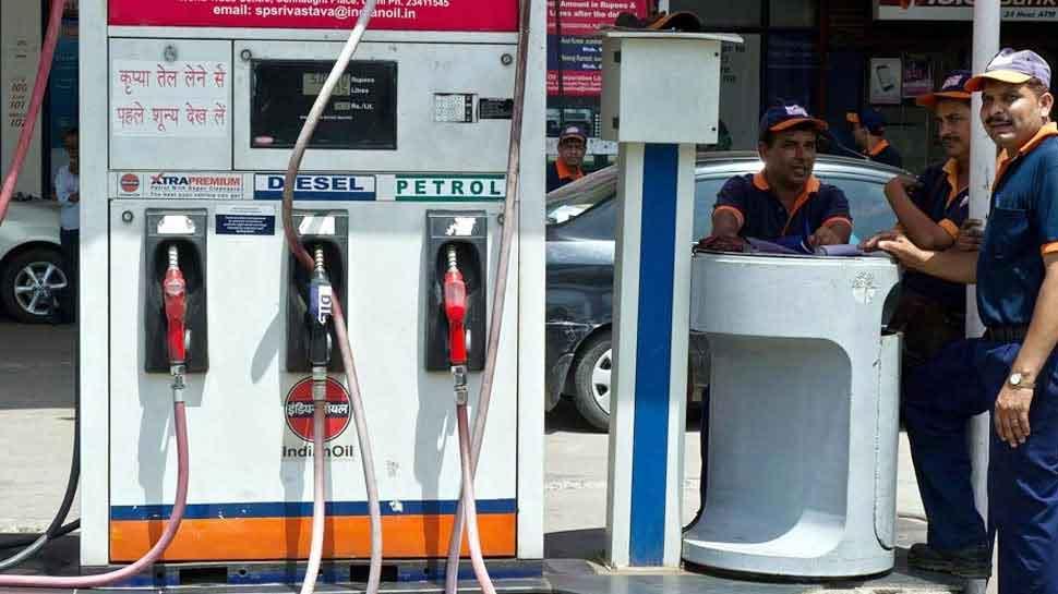 आज फिर घटे पेट्रोल-डीजल के दाम, जानिए दिल्ली-मुंबई में क्या है भाव