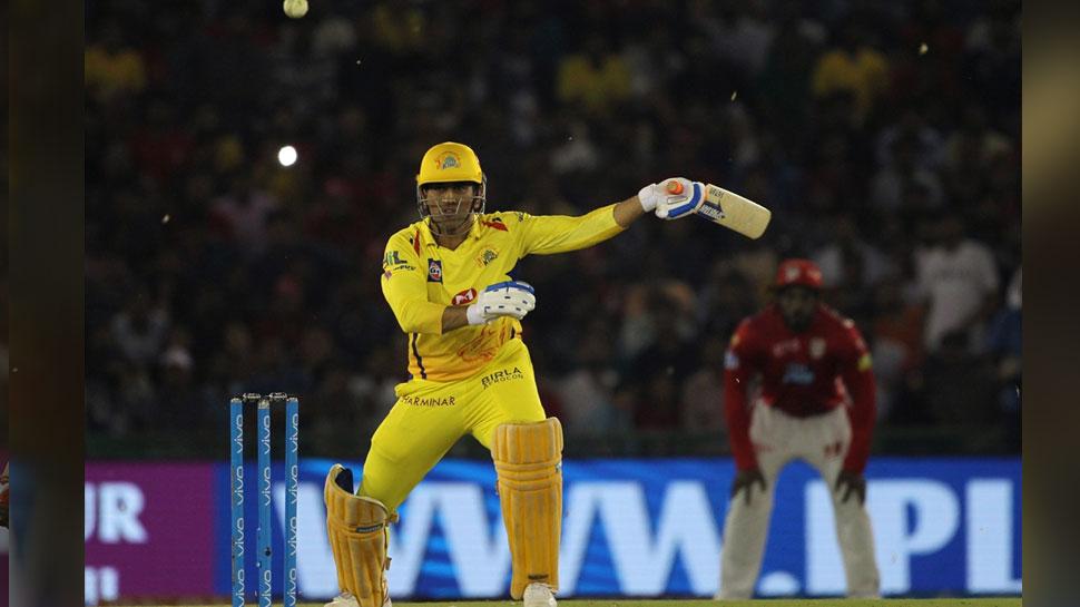 IPL 2018 : दर्द से परेशान धोनी ने एक हाथ से लगाया सिक्स, कहा इसके लिए मेरे हाथ ही काफी हैं