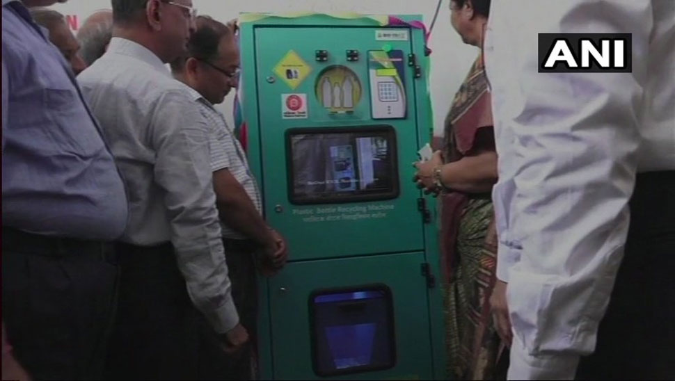 भारतीय रेलवे, indian railway, irctc, bottle crushers at vadodara station, rs 5 as cashback on plastic bottle, खाली बोतल पर कैशबैक