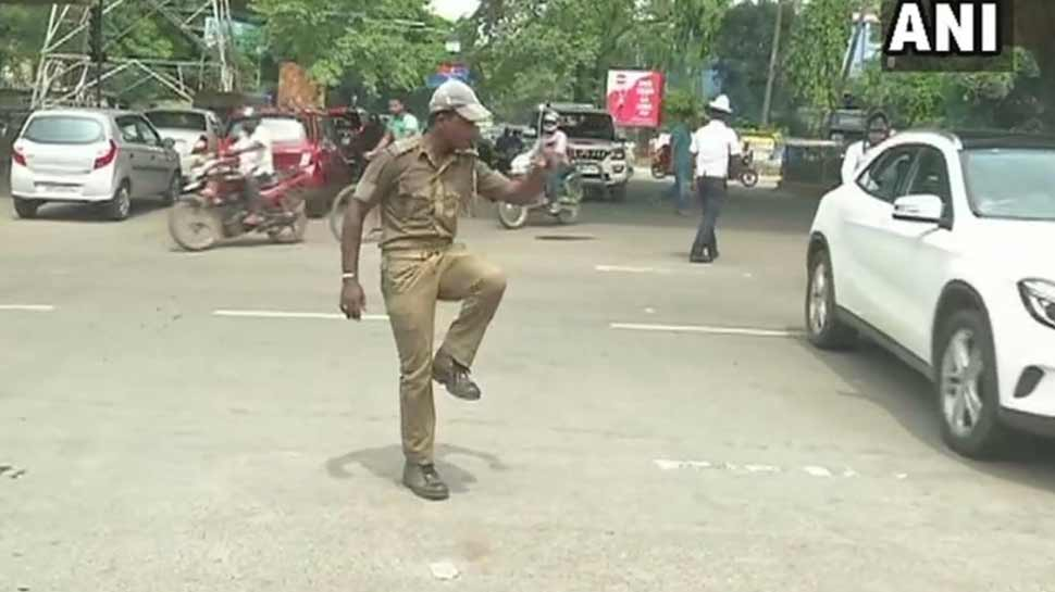 VIDEO: Traffic police personnel in Bhubaneswar controls traffic by his dance moves