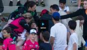 VIDEO: छक्के से घायल हुआ शख्स तो 'सुपरगर्ल' ने रुकवाया मैच