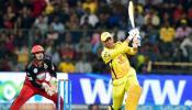 IPL 2018: मैच के बीच धोनी ने बल्ला बदलकर खेली तूफानी पारी, 'विराट सेना' पस्त