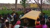 यूपी के कुशीनगर में मानवरहित रेलवे क्रॉसिंग पर ट्रेन से टकराई स्कूल वैन, 13 बच्चों की मौत