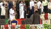 VIDEO: मंच पर पहुंचते ही ममता बनर्जी हुईं नाराज, हाथ जोड़े खड़े रहे देवगौड़ा और कुमारस्वामी