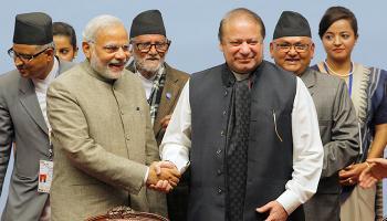 पीएम नरेंद्र मोदी और नवाज शरीफ ने आपस में मिलाया हाथ, भारत ने कहा-पाकिस्तान के साथ सार्थक बातचीत को इच्छुक