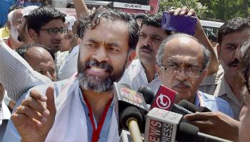 AAP की राष्ट्रीय कार्यकारिणी से योगेंद्र यादव और प्रशांत भूषण निकाले गए