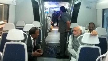 पीएम नरेंद्र मोदी ने मेट्रो में किया सफर, धौला कुआं से द्वारका तक तय की दूरी