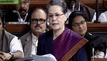 सोनिया गांधी ने मोदी सरकार पर साधा निशाना, बोलीं- संविधान के आदर्शों पर मंडरा रहा है खतरा