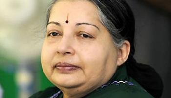 तमिलनाडु की मुख्यमंत्री जयललिता को पड़ा दिल का दौरा; डॉक्टरों की निगरानी में इलाज जारी, अस्पताल के बाहर जुटे लोग