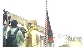 AIADMK  कार्यालय पर पार्टी का झंडा झुकाने के बाद फिर लहराया गया, अस्पताल के बाहर जयललिता के समर्थकों का हंगामा और पथराव