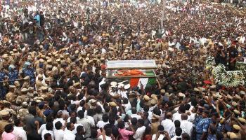अलविदा अम्मा! राजकीय सम्मान के साथ MGR की समाधि के पास दफनाई गईं जयललिता, अंतिम यात्रा में उमड़ा जनसैलाब