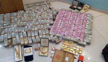 कर्नाटक : हवाला कारोबारी के 'बाथरूम में बने सेफ' से 5.7 करोड़ रुपये के नये नोट, 32 किलो सोना जब्त