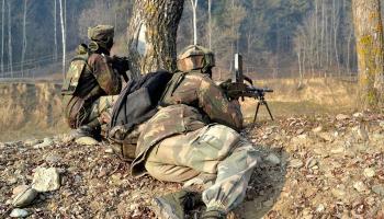 कश्मीर में पीडीपी मंत्री के घर पर आतंकवादी हमला, 1 पुलिसकर्मी घायल