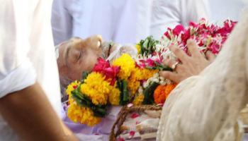 `मुकद्दर के सिकंदर` विनोद खन्ना का अंतिम संस्कार, अमिताभ, गुलजार के साथ फैंस ने दी विदाई