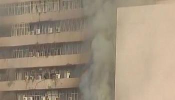 दिल्ली के लोकनायक भवन में भीषण आग, कई के फंसे होने की आशंका