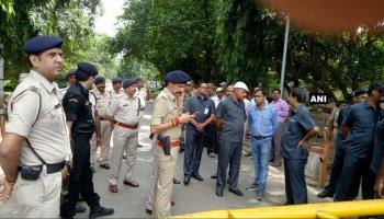 NDA में शामिल होगी JDU, नीतीश के घर के बाहर शरद यादव के समर्थकों का हंगामा