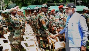 कश्मीर में सैनिकों के साथ पीएम मोदी की दिवाली, आर्मी चीफ भी मौजूद