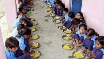 राजस्थान: बच्चों को पौष्टिक भोजन देकर स्वस्थ रखने का धर्म निभाता एक कलेक्टर