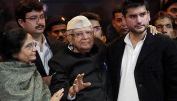 एनडी तिवारी की पत्नी ने CM योगी से बंगला खाली करने की मांगी 1 साल की मोहलत