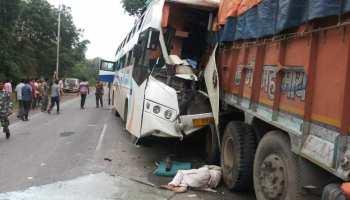 हाईवे पर खड़े ट्रक से टकराई बस, चार की मौत और 5 घायल