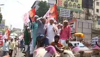 बिहारः पेट्रोल-डीजल के विरोध में सड़क पर उतरे हम कार्यकर्ता, पुलिस से भी झड़प