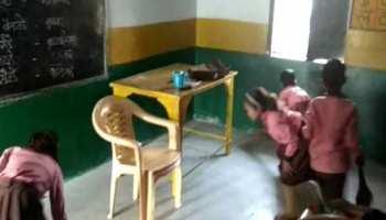 उत्तर प्रदेशः सर्व शिक्षा अभियान के तहत बच्चों को स्कूल में बुलवाकर लगवा रहे झाड़ू