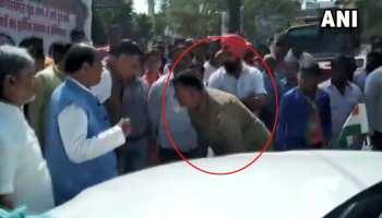 VIDEO : बीच सड़क CM योगी के मंत्री महाना के पैरों पर गिर गया पुलिसकर्मी, ये था कारण