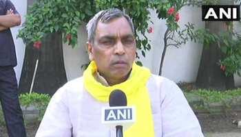 योगी के मंत्री का गिरिराज सिंह पर निशाना, कहा- 'हिम्मत है तो लाल किले का नाम बदल दें'