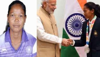 सिमडेगा: सलीमा टेटे का हुआ घर में भव्य स्वागत, जिला पदाधिकारी ने किया सम्मानित