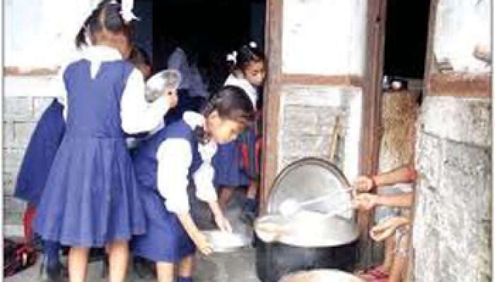 सीतामढ़ी में मिड-डे मील में मिला सांप, 54 बच्चे बीमार