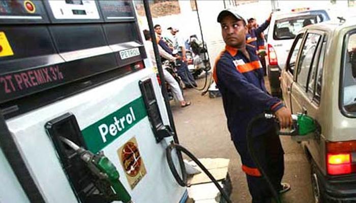ब्रांडेड पेट्रोल की कीमत में 5 रुपए प्रति लीटर से अधिक की कमी