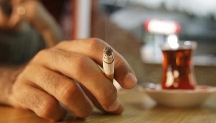 ज्यादा काम करनेवाले ज्यादा सिगरेट पीते हैं!