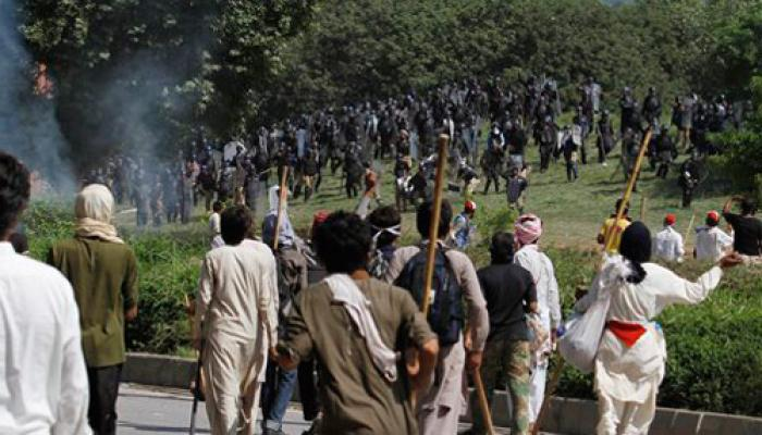 पाकिस्तान में पुलिस और प्रदर्शनकारियों के बीच फिर झडपें, सियासी संकट गहराया