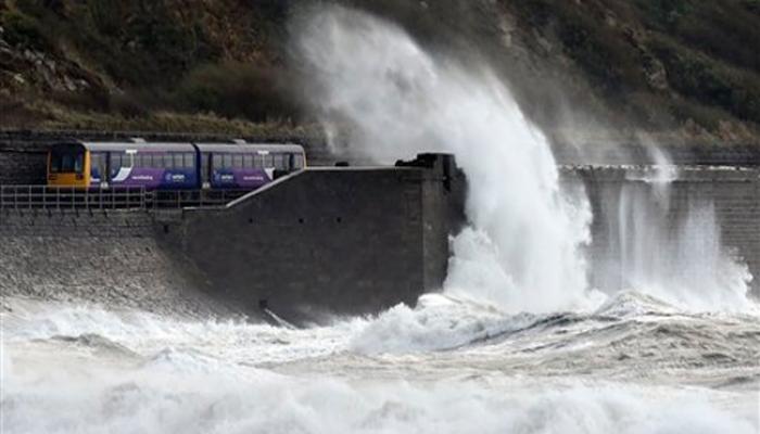 ब्रिटेन में तूफान 'गोंजालो' का कहर, कई उड़ानें रद्द