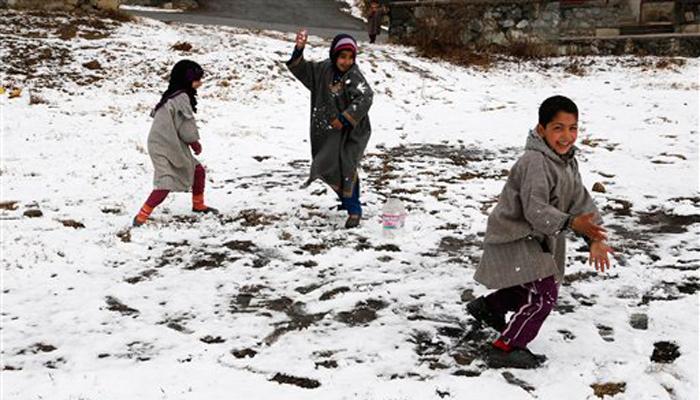 जम्मू कश्मीर में शीतलहर जारी, बर्फबारी से सैलानियों में उत्साह
