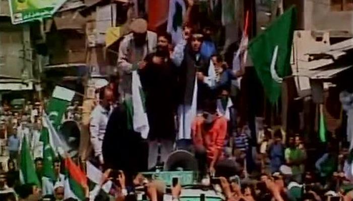 अलगाववादियों की रैली में पाक झंडे, शब्बीर शाह हिरासत में