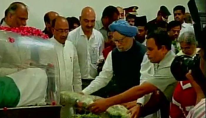 LIVE: डॉक्टर कलाम के अंतिम दर्शन के लिए लगा तांता, पूर्व PM मनमोहन समेत कई दिग्गजों ने श्रद्धांजलि