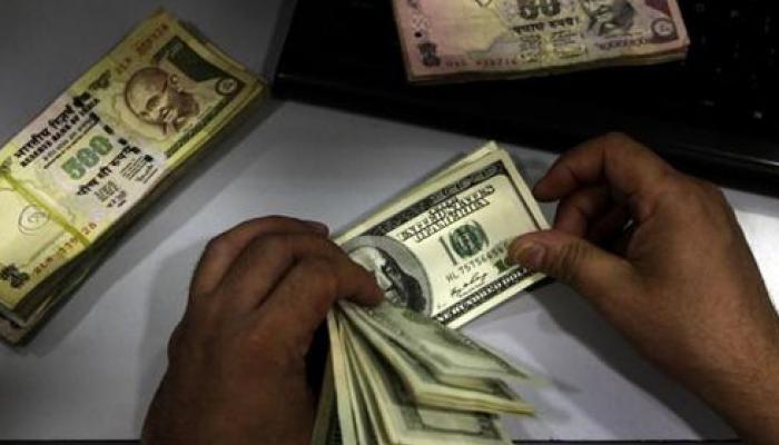 डॉलर के मुकाबले रुपया टूटकर 66 के स्तर से नीचे पहुंचा