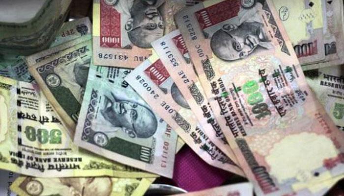 रुपया डॉलर के मुकाबले दो वर्षों के निम्न स्तर पर पहुंचा, 36 पैसे की गिरावट दर्ज
