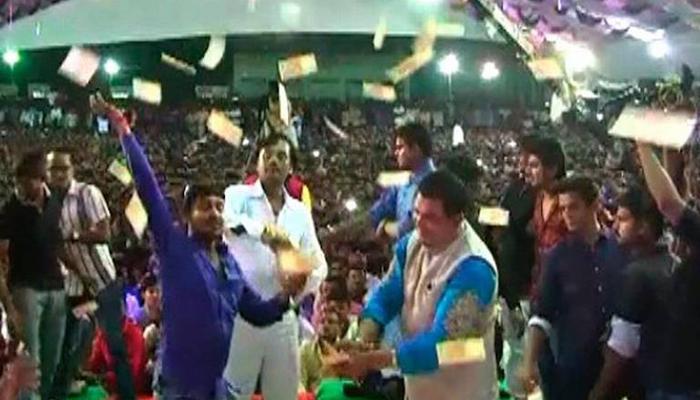 बीजेपी सांसद ने गणपति उत्सव में उड़ाए लाखों के नोट, वीडियो हुआ वायरल