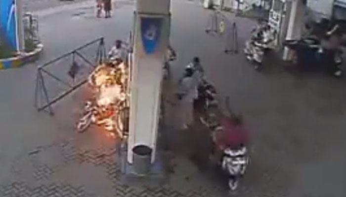 इस वीडियो को देखकर आप पेट्रोल पंप पर मोबाइल का इस्तेमाल करना भूल जाएंगे