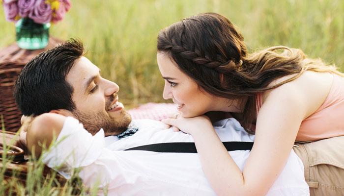 क्या सच में ब्वॉयफ्रेंड आपसे प्यार करता है? इन 10 संकेतों से करें जांच