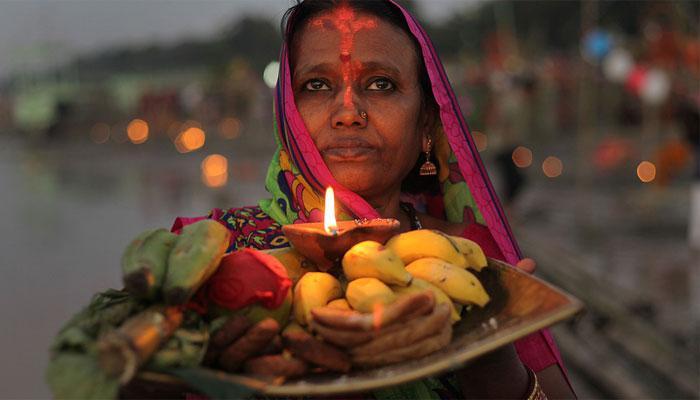 छठ महापर्वः व्रतियों ने अस्ताचलगामी सूर्य को दिया पहला अर्घ्य